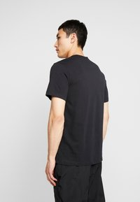 Nike Sportswear - CLUB TEE - T-shirts - black/white - 2