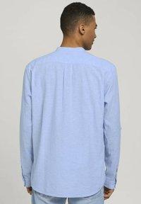 TOM TAILOR DENIM - Camisa - light blue white chambray - 2