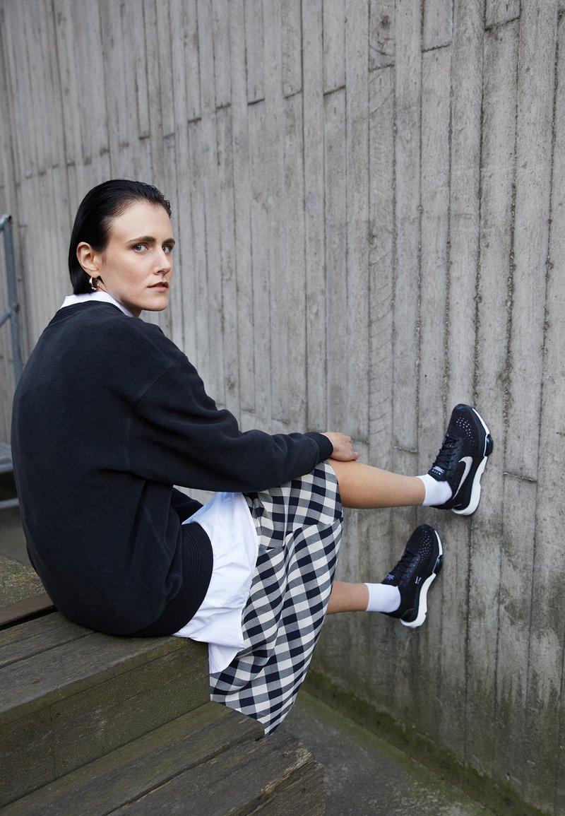 Nike Sportswear - ZOOM TYPE - Sneakers laag - black/summit white