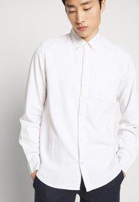GAP - SLIM - Shirt - ecru - 3