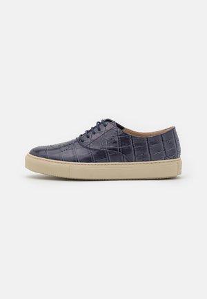 Zapatos con cordones - brent/bluviola