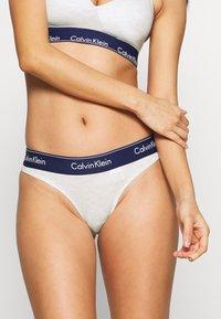 Calvin Klein Underwear - MODERN THONG - Stringit - snow heather/purple - 0