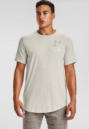 UA TRIPLE STACK  - Print T-shirt - summit white