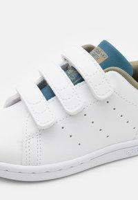 adidas Originals - STAN SMITH ORIGINALS PRIMEGREEN SHOES UNISEX - Trainers - footwear white/orbit indigo - 5