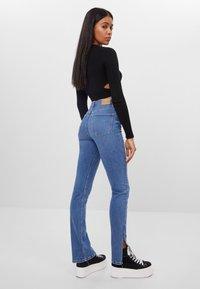Bershka - Bootcut jeans - blue denim - 2