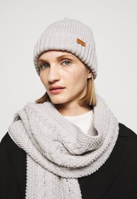 Barbour - CABLE BEANIE SCARF SET - Scarf - ice white - 1