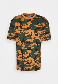 Karl Kani - SMALL SIGNATURE CAMO TEE - Print T-shirt - green/brown - 3