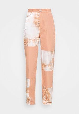 PAISLEY PATCH DETAIL TROUSER - Pantalon classique - peach