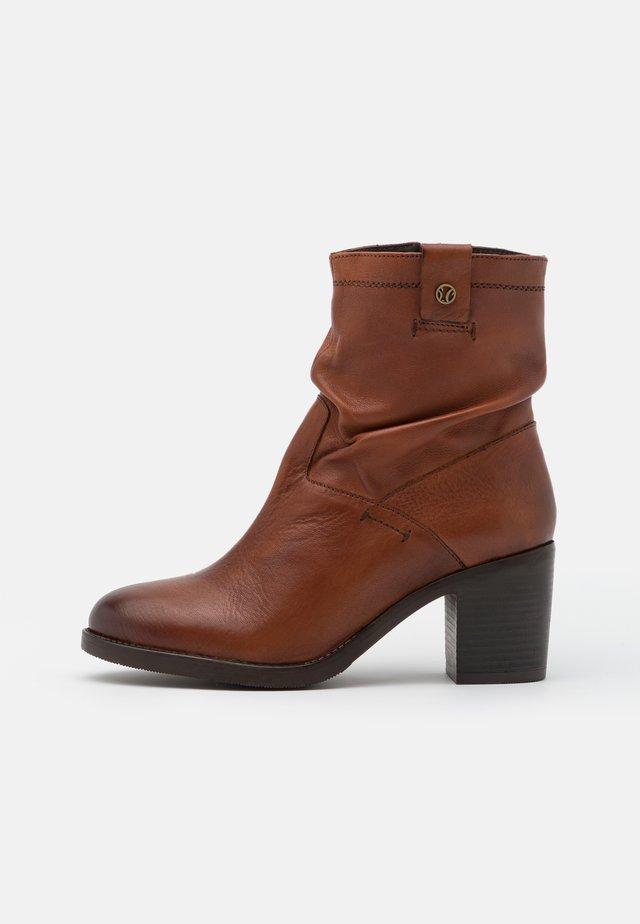 BOOTS - Korte laarzen - dark cognac