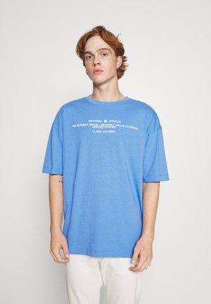 OVERSIZED UNISEX - T-shirt med print - azure blue