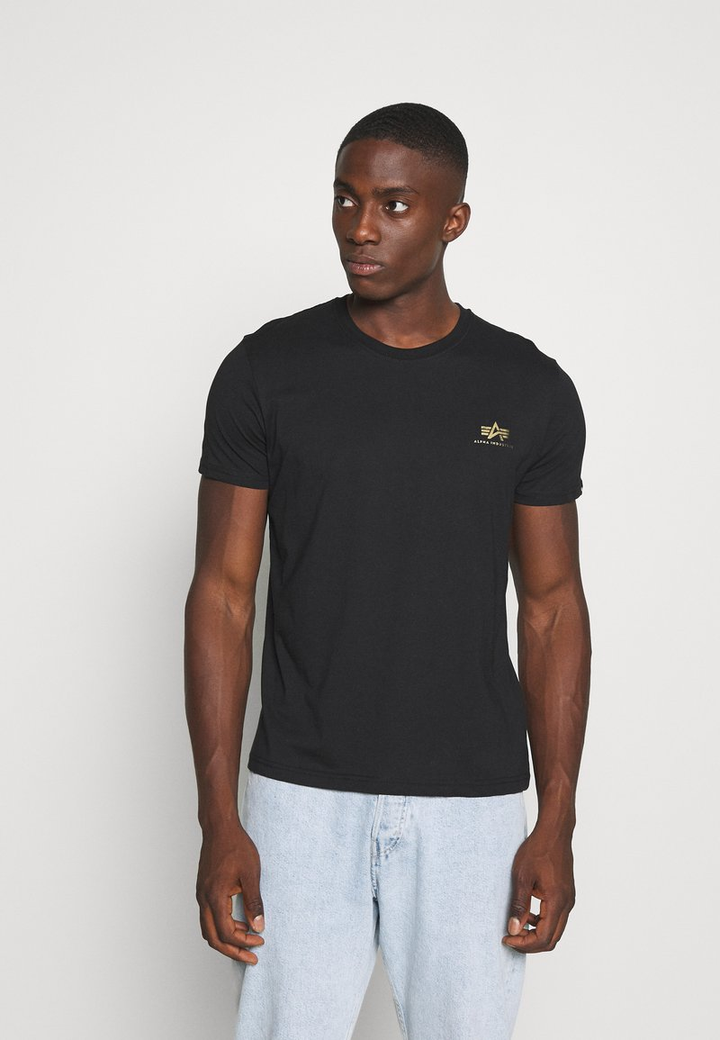 Alpha Industries - BASIC SMALL LOGO FOIL PRINT - Basic T-shirt - black/yellow gold