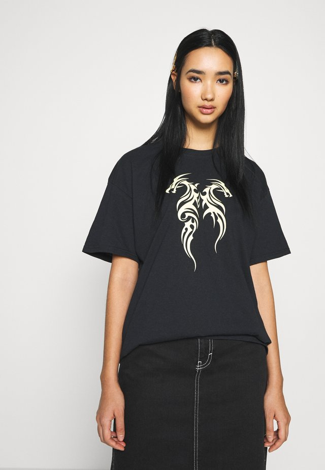 TRIBAL MINI DRAGON TEE - T-shirt z nadrukiem - black
