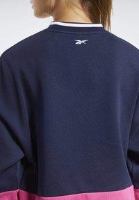 Reebok - TRAINING ESSENTIALS LOGO CREW SWEATSHIRT - Sweatshirt - blue - 4