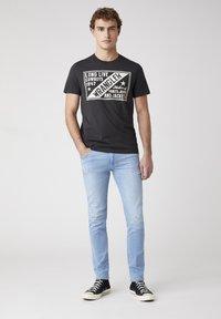 Wrangler - T-shirt med print - faded black - 1