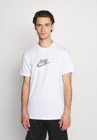 Nike Sportswear - TEE MULTIBRAND - T-shirt med print - white - 0
