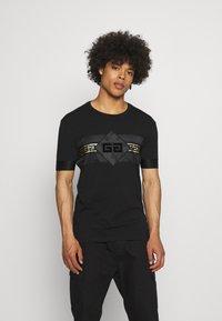 Glorious Gangsta - GALOS TEE - T-shirt med print - jet black/gold - 0