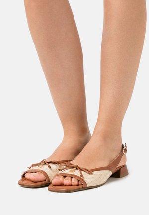 RAFFAELA - Sandaalit nilkkaremmillä - natur