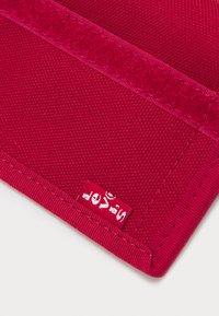 Levi's® - BATWING TRIFOLD WALLET UNISEX - Wallet - regular red - 4