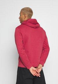 Levi's® - GRAPHIC HOODIE - Bluza z kapturem - tonal earth red - 2