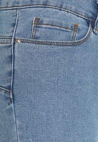 Vero Moda Petite - VMHOT SEVEN SLIT KNICKER - Denim shorts - light blue denim - 2