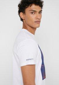 Hackett Aston Martin Racing - AMR RACING  - T-shirt con stampa - white - 3