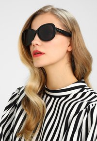 Marc Jacobs - Lunettes de soleil - black - 1
