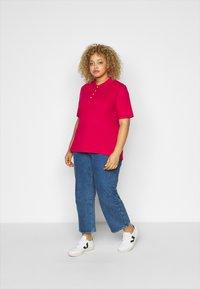 Tommy Hilfiger Curve - ESSENTIAL - Polo shirt - ruby jewel - 1