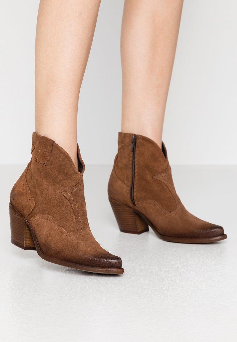 Felmini Wide Fit - LAREDO - Cowboy/biker ankle boot - tan