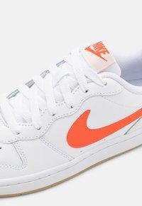 Nike Sportswear - COURT BOROUGH 2 - Sneakers laag - white/orange/summit white/sail - 5