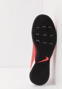 Nike Performance - TIEMPO LEGEND 8 ACADEMY IC - Indoor football boots - laser crimson/black/white - 4