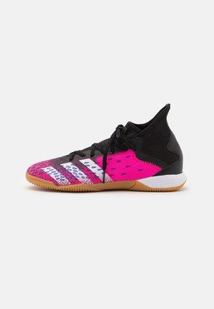 PREDATOR FREAK .3 IN - Zaalvoetbalschoenen - core black/footwear white/shock pink