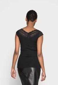 Rosemunde - REGULAR WIDE - T-shirt z nadrukiem - black - 2