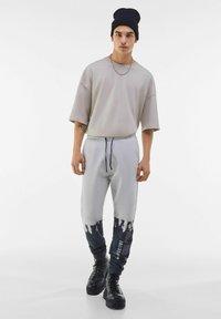 Bershka - Spodnie treningowe - grey - 1
