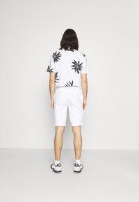 Calvin Klein - SUMMER GRAPHIC PRINT  - Shorts - bright white - 2