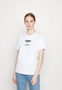 Tommy Jeans - RELAXED AMERICANA TEE - Camiseta estampada - white - 0