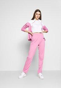 Nike Sportswear - TRACK SUIT SET - Hettejakke - magic flamingo/white - 1