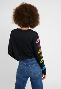 Nike Sportswear - FUTURA FLIP CROP - Long sleeved top - black/multi-color - 2