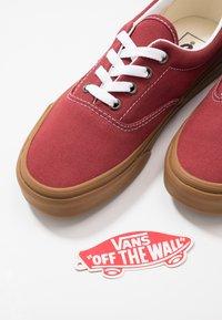Vans - ERA - Sneakersy niskie - rosewood/true white - 5
