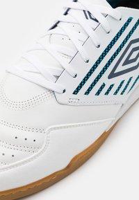 Umbro - CHALEIRA II PRO - Indoor football boots - white/peacoat/capri breeze - 5