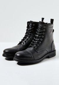 Pepe Jeans - TOM CUT PREMIUM - Šněrovací kotníkové boty - black - 2