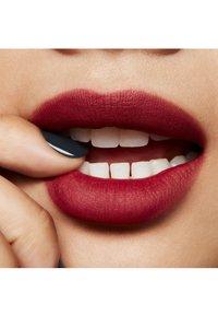 MAC - POWDER KISS LIQUID LIPCOLOUR - Liquid lipstick - make love to the camera - 2
