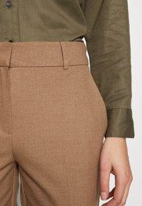 Selected Femme - SLFRIA CROPPED PANT - Pantalon classique - camel/melange - 5