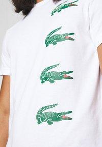 Lacoste - T-shirt imprimé - blanc - 5
