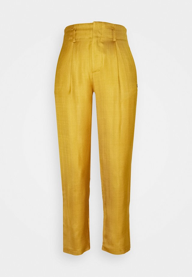 TAILORED PANTS IN SHINY BLEND - Pantalones - marigold