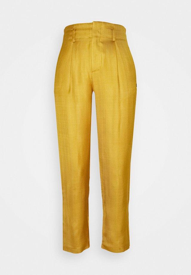 TAILORED PANTS IN SHINY BLEND - Pantalon classique - marigold