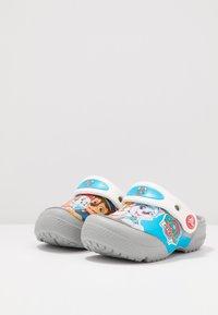 Crocs - FUN LAB NICKELODEON PAW PATROL - Chanclas de baño - light grey - 3