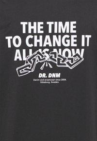 Dr.Denim Plus - MELROSE PLUS TEE - Triko spotiskem - graphite link - 2
