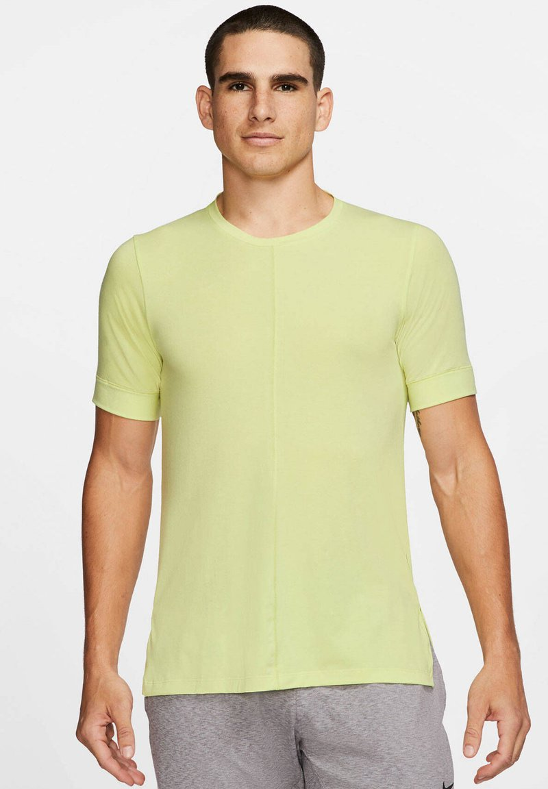 Nike Performance - SHORT SLEEVE - Basic T-shirt - limette