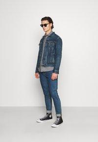 Levi's® - WELLTHREAD TRUCKER - Giacca di jeans - azurite indigo - 1