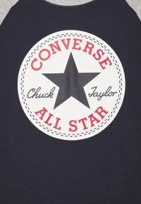 Converse - CHUCK PATCH RAGLAN TEE - T-shirt imprimé - obsidian - 2